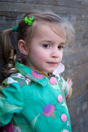 어린 소녀: Little girl portrait outdoors
