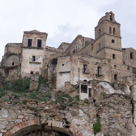 derrumbe: Craco ghost town, Province of Matera,  Southern Italian region of Basilicata Foto de archivo