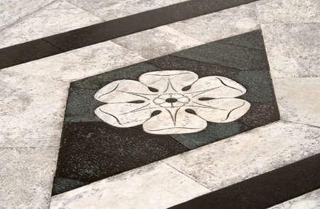 Marmeren bestrating buiten de Duomo van Siena, Italië