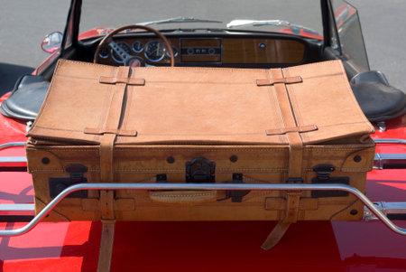 Imperia, Italië - 29 juli 2016: Close-up details van FIAT 124 Sport Spider geparkeerd in een straat tijdens inval van vintage auto's Stockfoto - 78724989
