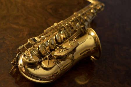 soprano saxophone: Saxofón de oro sobre un fondo de madera Foto de archivo