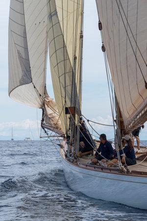 Imperia, Italia - 7 de septiembre de 2019: miembros de la tripulación a bordo del velero Tuiga, buque insignia del Monaco Yacht Club, durante las regatas en el Golfo de Imperia. Establecido en 1986, el Imperia Vintage Yacht Challenge Stage es uno de los eventos más importantes en la navegación del Editorial