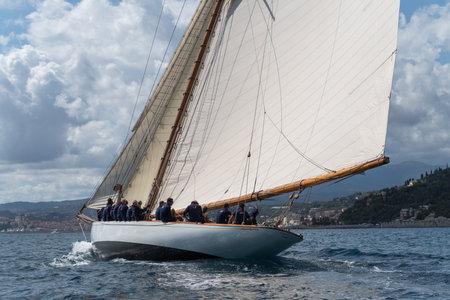 Imperia, Italien - 7. September 2019: Das Segelboot Tuiga, Flaggschiff des Monaco Yacht Club, während des Rennens im Golf von Imperia. Die 1986 gegründete Imperia Vintage Yacht Challenge Stage ist eine der wichtigsten Veranstaltungen im Mittelmeerraum