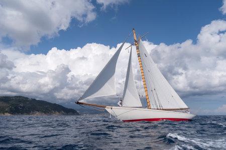 Imperia, Italia - 7 settembre 2019: Yacht a vela classico Moonbeam IV, costruito nel 1914 da William Fife Junior in Scozia, durante la regata nel Golfo di Imperia. Istituito nel 1986, l'Imperia Vintage Yacht Challenge