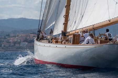Imperia, Włochy - 7 września 2019: Członkowie załogi na pokładzie klasycznego jachtu żaglowego Moonbeam IV podczas regat w Zatoce Imperia. Założona w 1986 roku Imperia Vintage Yacht Challenge Publikacyjne