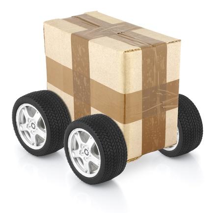 Concetto di consegna, scatola di cartone su ruote  Archivio Fotografico