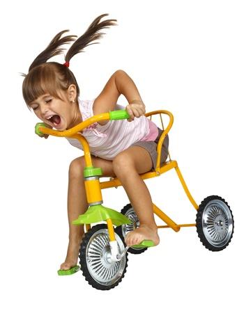 Ragazza bambino con lunghe code guidare la bicicletta molto veloce