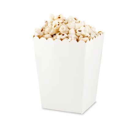 Popcorn in scatola isolato su sfondo bianco