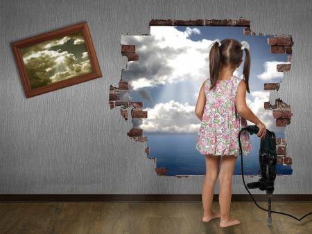 Niña niño romper el muro, el concepto de descubrimiento