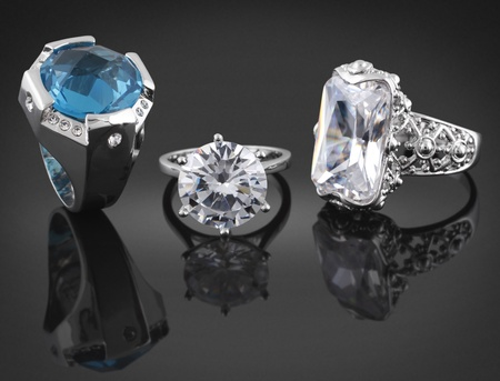 Collezione di anelli con diamanti su sfondo nero Archivio Fotografico