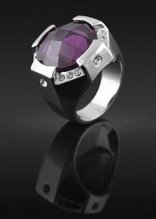 zafiro: anillo con piedra sobre fondo negro