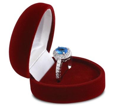 anello di diamanti in scatola di velluto rosso isolato su sfondo bianco Archivio Fotografico