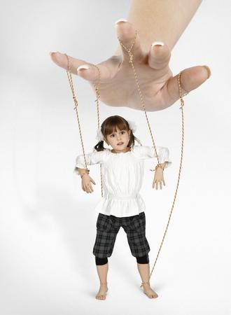kind meisje - marionet, afhankelijkheid begrip