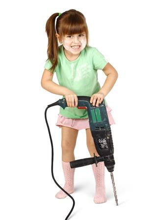 Boos kind meisje met elektrische boor, geïsoleerd op wit.