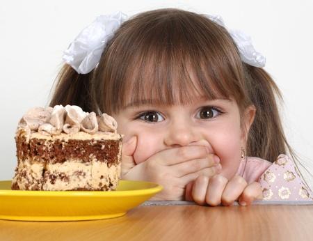 Bambino ragazza divertente con torta Archivio Fotografico