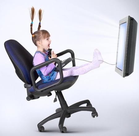 kind meisje spelen computerspel met joystick Stockfoto