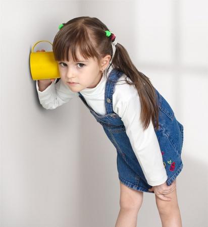 Kind meisje afluisteren met cup