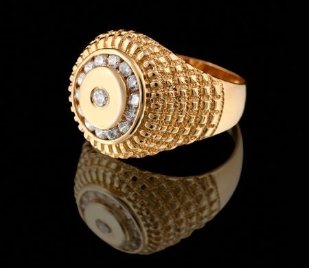 Gouden ring met briljanten geïsoleerd op zwarte achtergrond Stockfoto