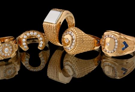 Anelli d'oro con diamanti isolato su sfondo nero
