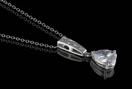 Diamant hanger met ketting geïsoleerd op zwarte achtergrond