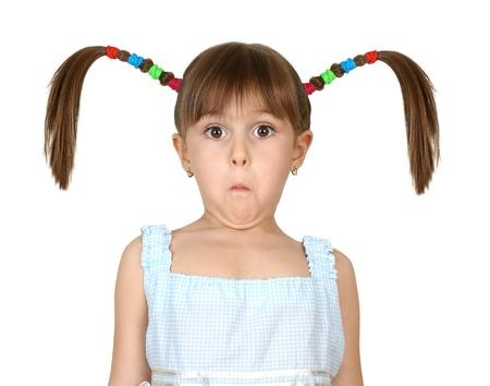 Ritratto di ragazza divertente bambino sorpreso con lunghe code isolato su bianco