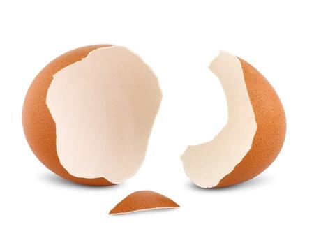 uovo incidente isolato su sfondo bianco