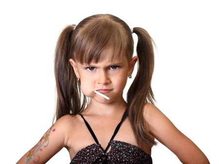 Ritratto di ragazza divertente bambino arrabbiato con caramelle isolato su bianco