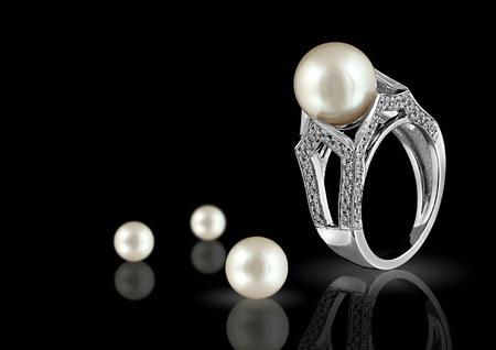 Ring met parel en diamanten op zwarte achtergrond Stockfoto