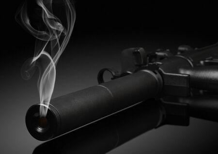delincuencia: Barril de arma con humo en negro