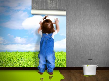 Grappig kind opknoping behang, doen reparaties. Eco-concept.