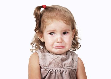 Portret van trieste huilende baby meisje op wit