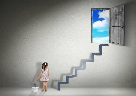 Conquérir concept, fille enfant dessine un escalier pour la sortie Banque d'images - 45250070
