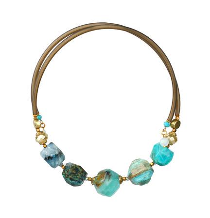 piedras preciosas: collar de la joyer�a con piedras preciosas naturales aislados en blanco, camino