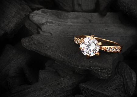 jewelry ring witht big diamond on dark coal background Stockfoto
