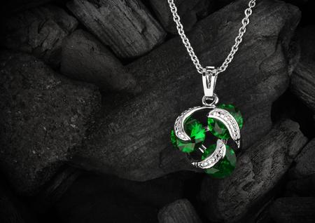 diamante negro: joya colgante de joyería comunicaba con el fondo oscuro del carbón, copyspace