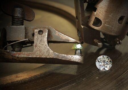 Faceting diamond, big gem with jewelery cutting equipment. Standard-Bild