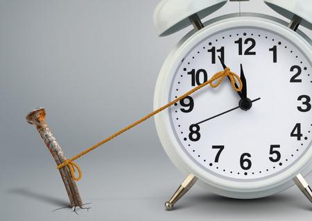 Tijd op de klok stoppen door spijker, delay-concept