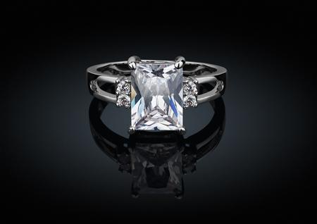 Sieraden ring met grote vierkante diamant op zwarte achtergrond met reflectie