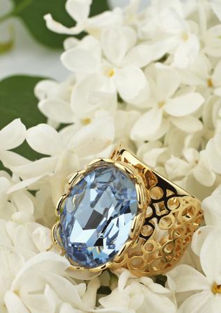Ring met edelsteen op witte bloem