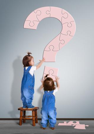 아이 질문 개념이다. 어린 아이가 물음표를 만들었습니다.