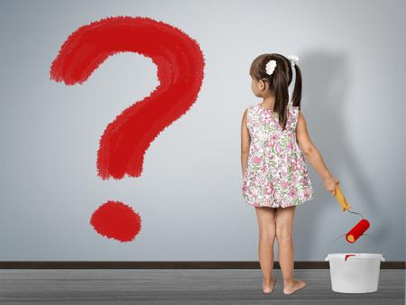 아이 질문 개념입니다. 아이 소녀 물음표를 그립니다. 스톡 콘텐츠