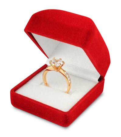 anillo con diamantes en caja de jewellry aislado en blanco