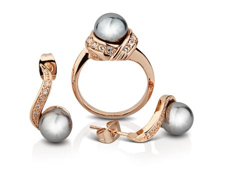 Gouden sieraden set met parels geïsoleerd op wit, knippen weg