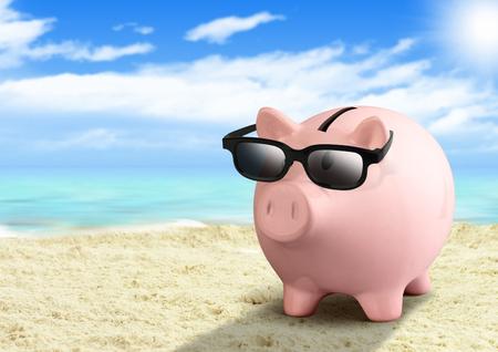 Spaarvarken op strand, geld voor reisconcept