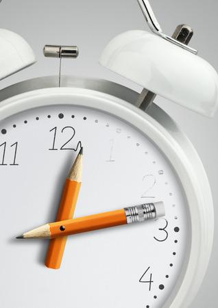Concept de temps, horloge avec aiguille d'horloge crayon, gros plan