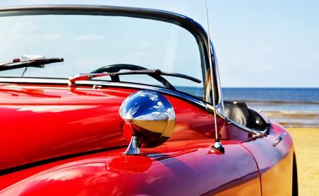 coche clásico: Viejo cl�sico coche rojo en la playa Foto de archivo