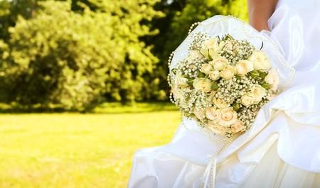 eligible: sposa con bouquet da sposa (concentrarsi sui fiori)