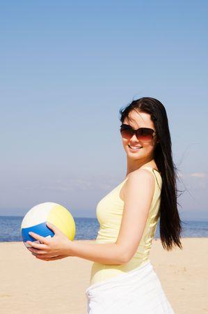 Hermosa mujer jugando voleibol en la playa Foto de archivo - 4855132