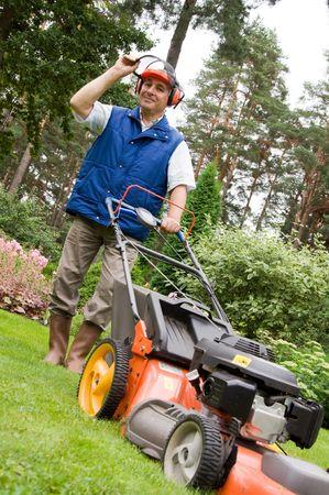 gras maaien: Senior man maaien van het gazon.  Stockfoto
