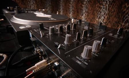 mezclador: Mezclador y cubiertas de dj